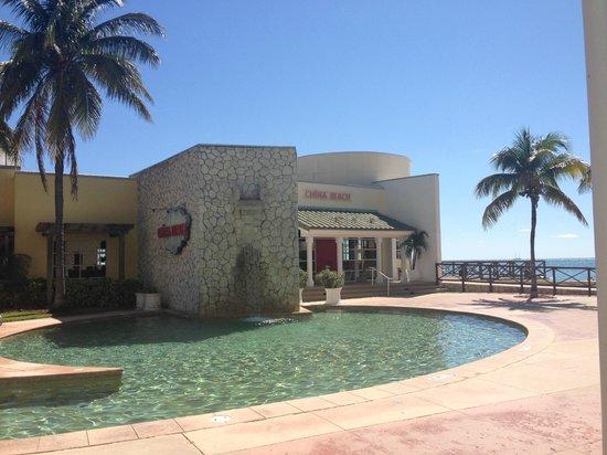 Grand Lucayan, Bahamas : The appealing, but rarely open China Beach restaurant.