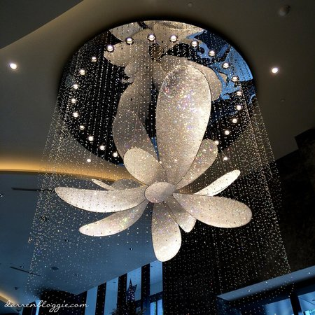 Carlton City Hotel Singapore : crystal chandelier