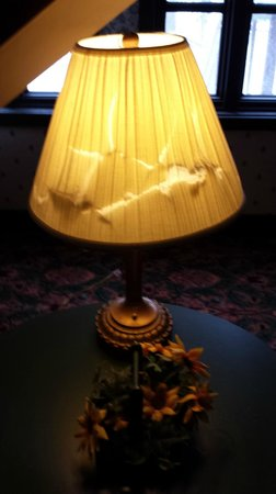 Spring House Inn: Broken lamp shade in sitting area