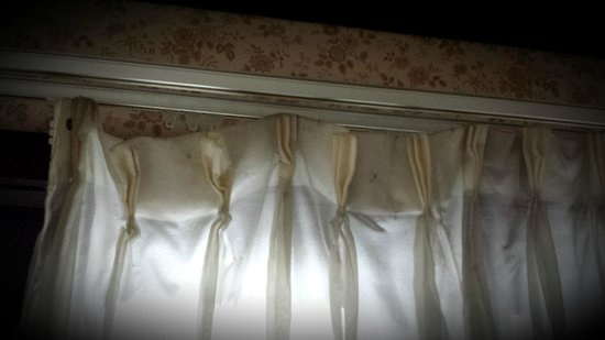 Spring House Inn: Missing curtain hooks
