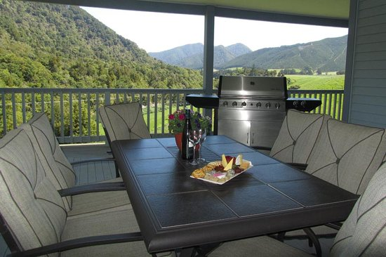 Pelorus River Views Bed & Breakfast: enjoy a bottle of wine and a plater on the verander