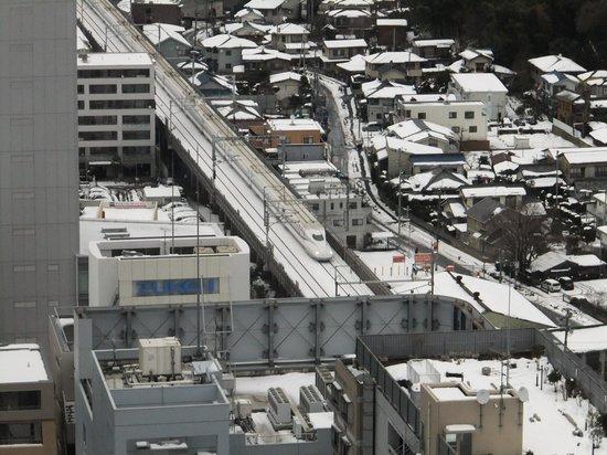 Shin Yokohama Prince Hotel : お部屋から新幹線
