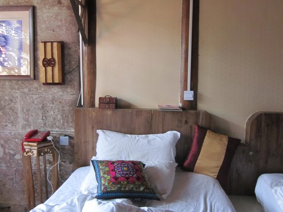 Baisha Holiday Resort Lijiang: One of the room's two beds