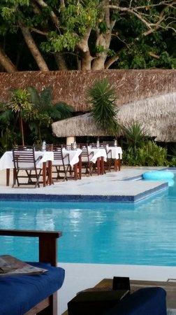 Breakas Beach Resort Vanuatu : Poolside dining