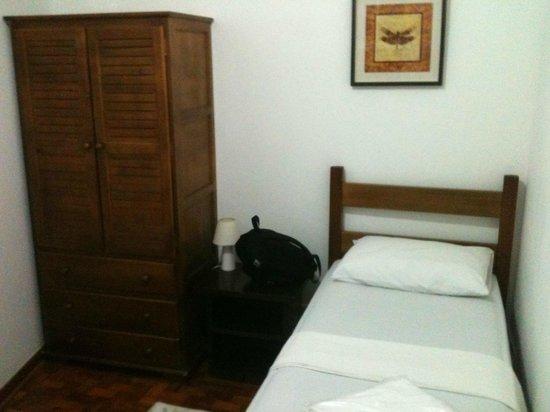 Hostel Bella Paulista : quarto com os móveis