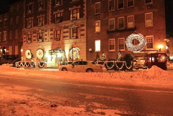 Washington Square Hotel: すっかり雪景色のホテル玄関前