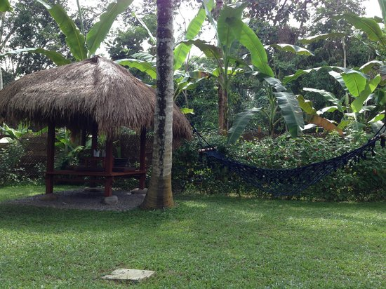 Ubud Padi Villas: Garden and pandok