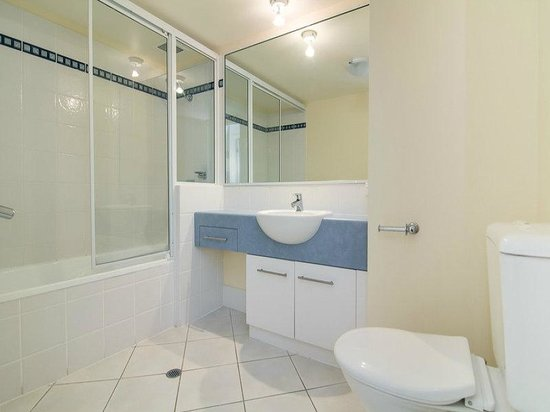North Cove Waterfront Suites: Modern bathrooms