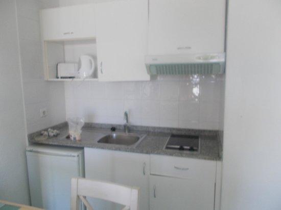 Apartamentos THe Morromar: Room, small kitchen