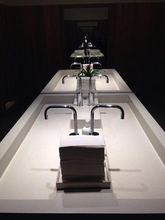 The Modern Honolulu: Bathrooms