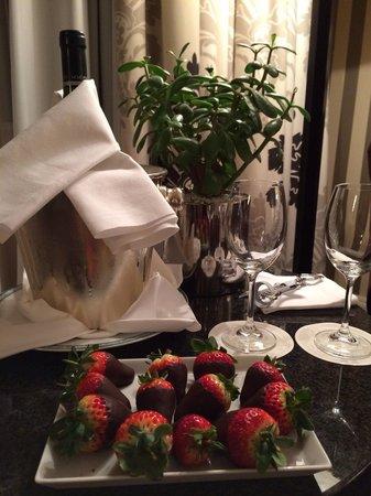 Four Seasons Hotel Prague : Vino bianco e fragole con chioccolato