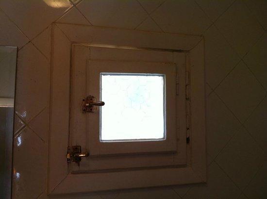 Magawish Village & Resort : Окно в ванной комнате. Щели для комаров..