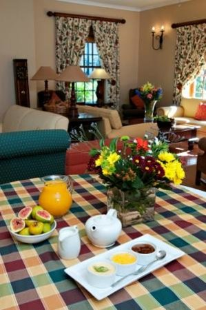 Ongegund Lodge: The lounge/ Dining room area make for a great breakfast surrounded by the beauty of nature.