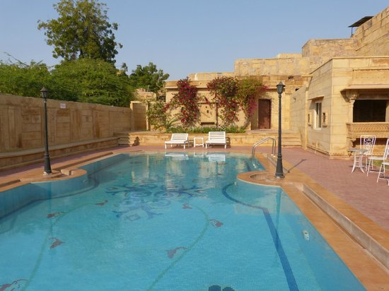 WelcomHeritage Mandir Palace: la piscina