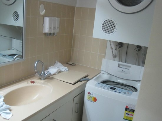 Metro Apartments On Darling Harbour : bathroom