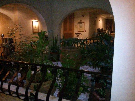 Grand Hotel Gozo: imdoor courtyard