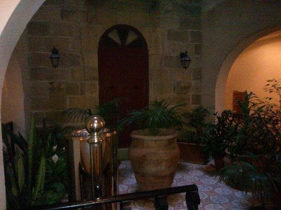 Grand Hotel Gozo: indoor courtyard