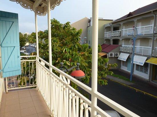 Residence du Village Creole: vue de la chambre sur la rue commercante