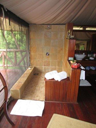 Neptune Mara Rianta Luxury Camp: Duschbereich