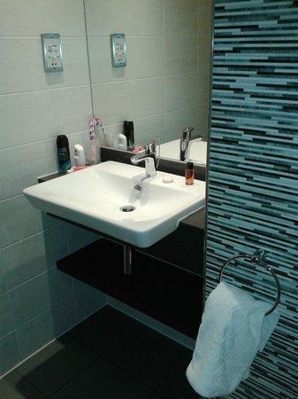 Holiday Inn Darlington - North A1m: Clean, rather swish bathroom room 10