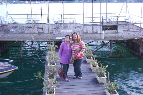 Quality Hotel Siantar Parapat : my aunt and i on the doc/jetty of the hotel
