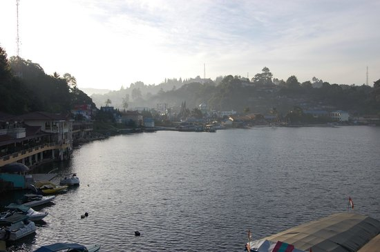 Quality Hotel Siantar Parapat : a very nice view of the hotel in the morning