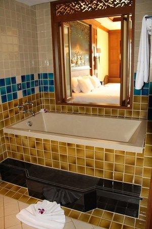 Amari Vogue Krabi: Ванная с окном в номер.