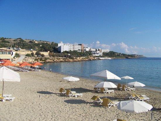 db Seabank Resort + Spa: plage publique devant l'hôtel