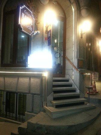 Galata La Bella Hotel : Hotel entrance by night 2