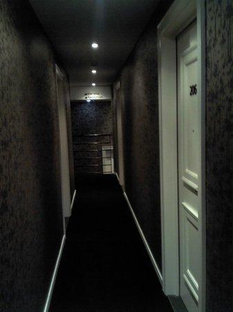 Sandton Hotel Pillows Brussels : Pasillo de acceso a las habitaciones