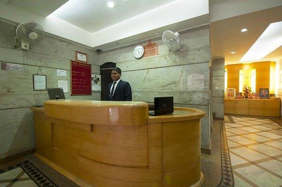 Hotel Metropolitan: Reception & Lobby Area