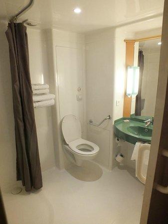 BEST WESTERN Corsica Hotel Bastia Centre: il bagno, strano ma ampio e pulito