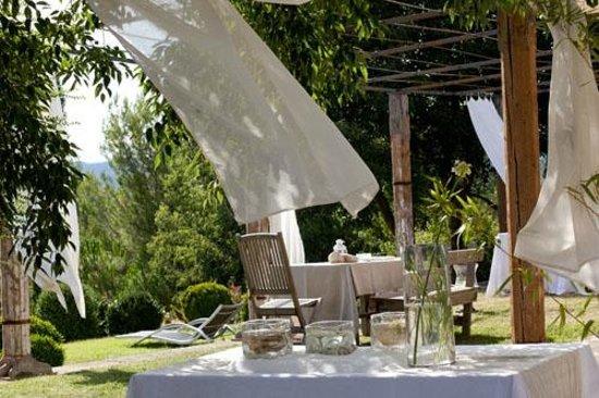 Repas Sur La Terrasse A L Ombre Des Voilages Photo De