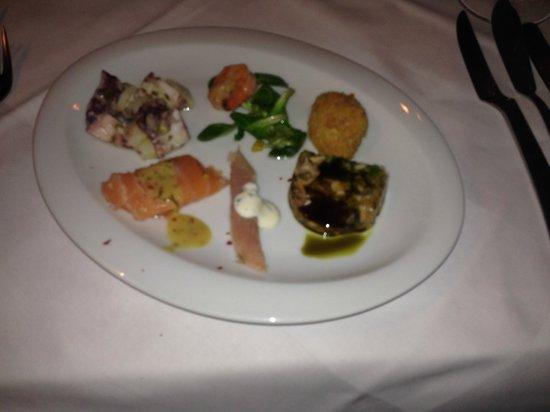 Zum kleinen Griechen : Fischvorspeise: Muschelsulz, geb.Lachs, Garnelen, Sardinen, Oktopus