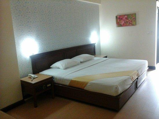 Ratchada City Hotel: ห้องเตียงใหญ่