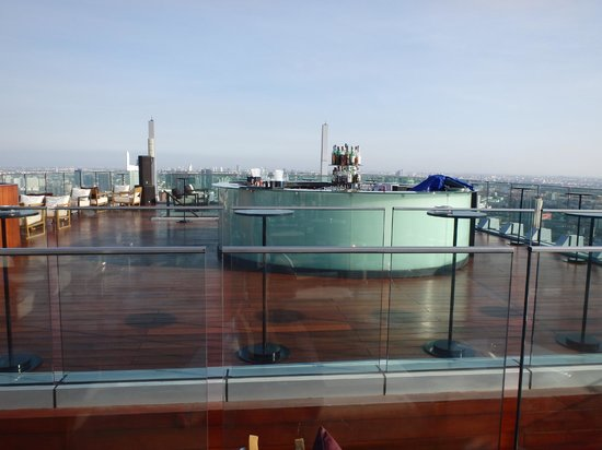 Bangkok Marriott Hotel Sukhumvit : Rooftop bar during day