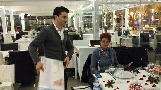 Aphrodite Restaurant: Underbar service av vår servitör Osman