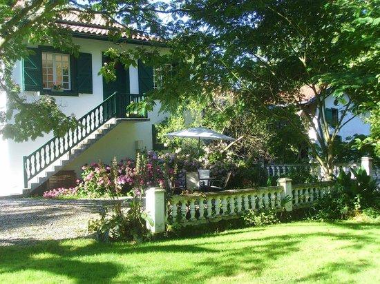 Moulin urketa : terrasse gîte vue du verger