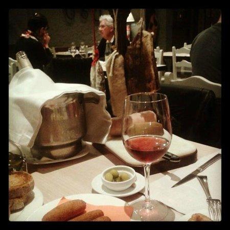 Restaurant Can Panedes: Tabla embutidos y croquetas artesanos, vinito rosado:)