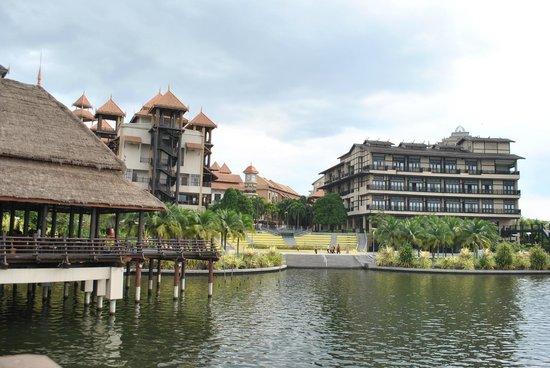 Pullman Putrajaya Lakeside : hotel exterior