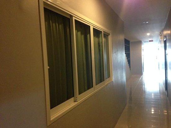 Lavender Hotel: Номер с окном, выходящим в коридор