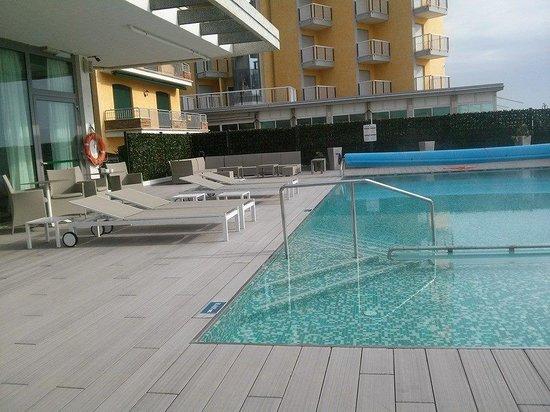 Hotel Adlon: Piscina