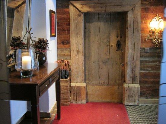Der Berghof: Entrance lobby