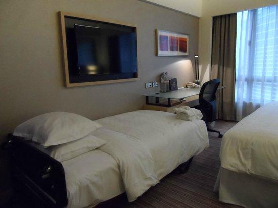 Sheraton Hong Kong Hotel & Towers: TV/Desk