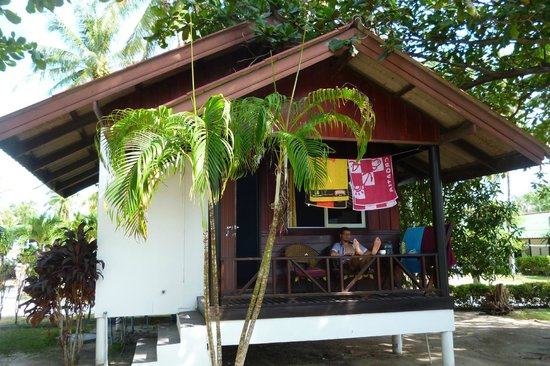 Holiday Beach Resort: our bungalow with view on the pool and beach/sea