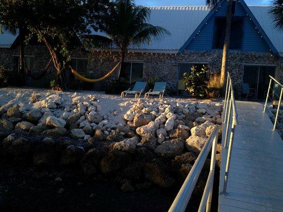 Ibis Bay Beach Resort: Vy från bryggan över stranden och hotellet