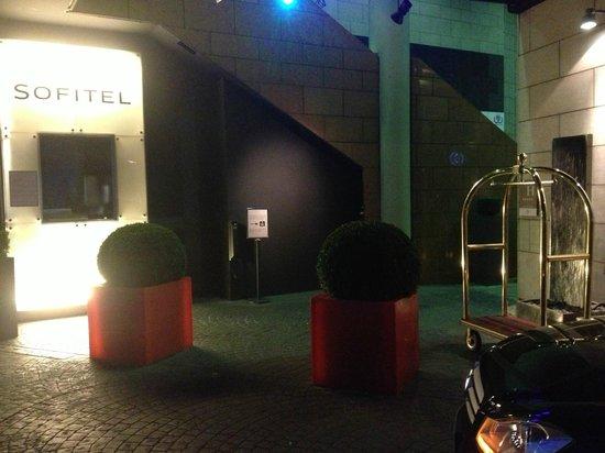 Sofitel Paris La Defense : Parking and voituriers