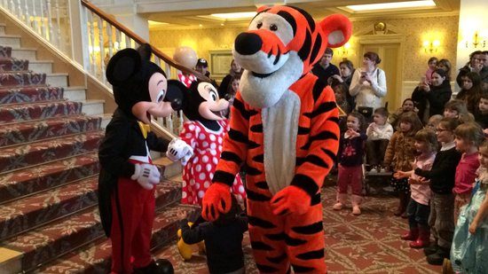 Disneyland Hotel : Character greets in the hotel lobby