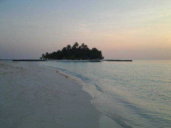 VOI Dhiggiri Resort: l'isola vista dalla linbua di sabbia