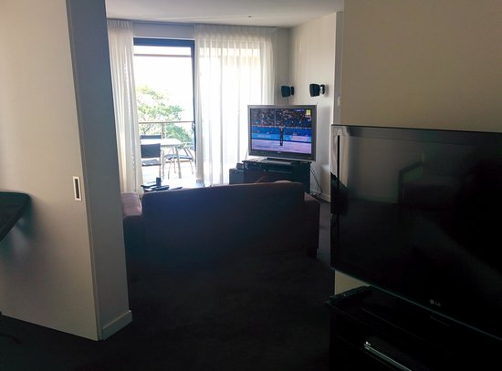 Grand Mercure Allegra Hervey Bay: Master BR to lounge